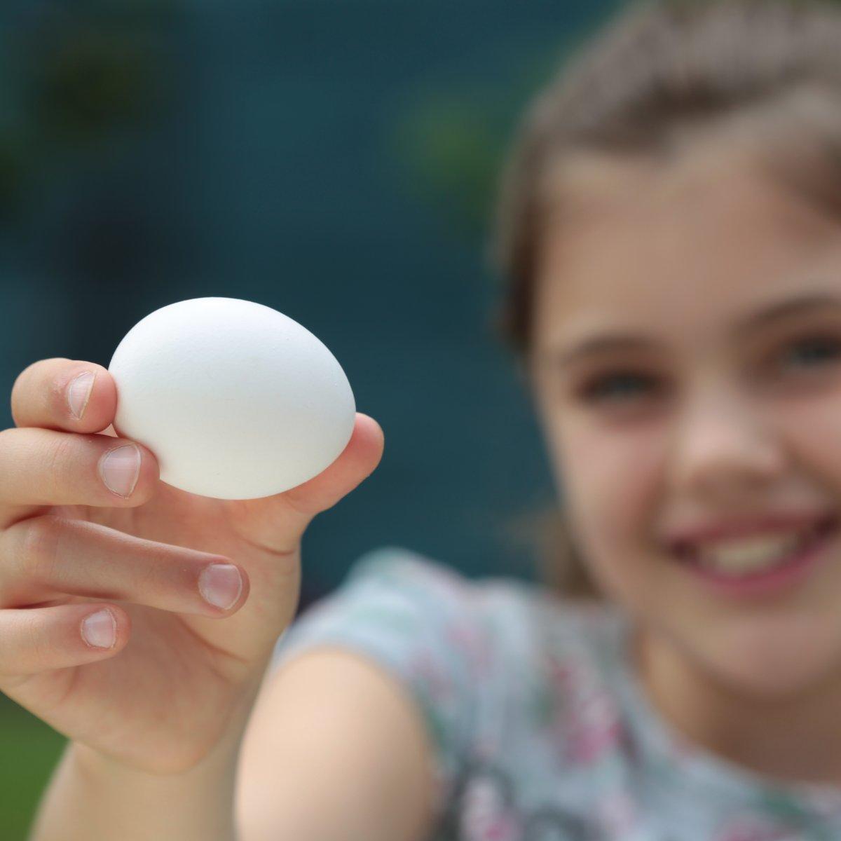 Foto: Mädchen präsentiert Ei